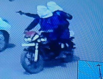 वीडियो- बीच सड़क पर गन दिखा कर 13 लाख लूट कर भागे बाइक सवार आरोपी,चालक का सिर तो गार्ड के पेट मे मारी गोली,, तलाश जारी..